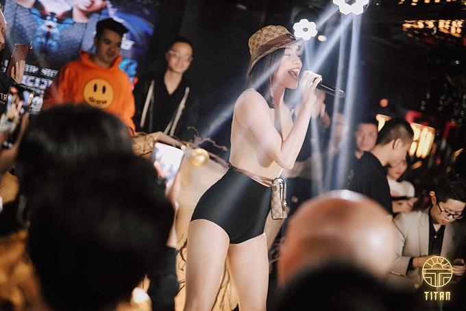 Hồ Ngọc Hà trong chuyến biểu diễn tại Hà Nội. Vóc dáng nuột nà của nữ ca sĩ sau sinh khiến nhiều người xuýt xoa, ngưỡng mộ.