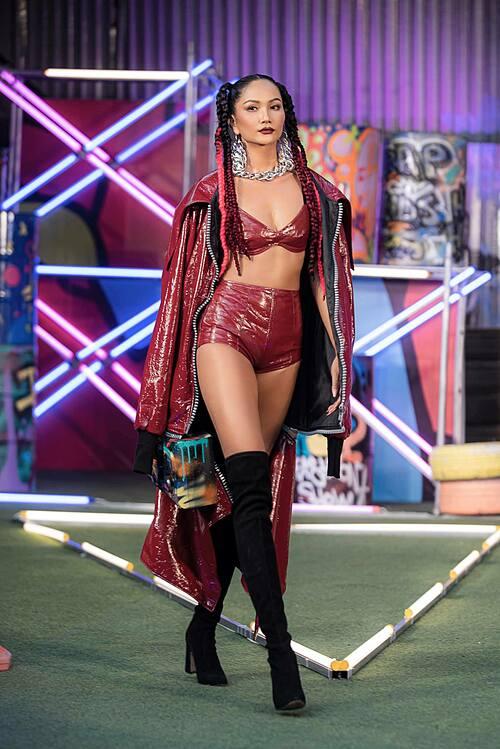 Hoa hậu HHen Niê sexy, cá tính trên sàn diễn. Người đẹp hỏi fan có thích phong cách mới này của mình không?
