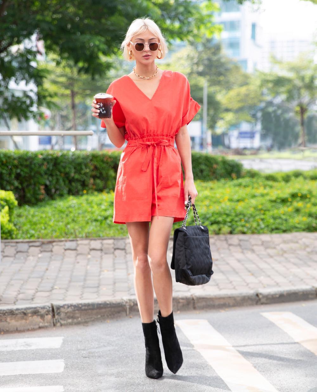 Street-style: Khi dạo phố, các chị em có thể lựa chọn các món đồ trẻ trung, đa màu sắc và năng hơn. Trong đó, jumpsuit là một trong những món đồ được các fashionista ưu tiên khi đi hẹn hò, dạo phố cùng bạn bè.
