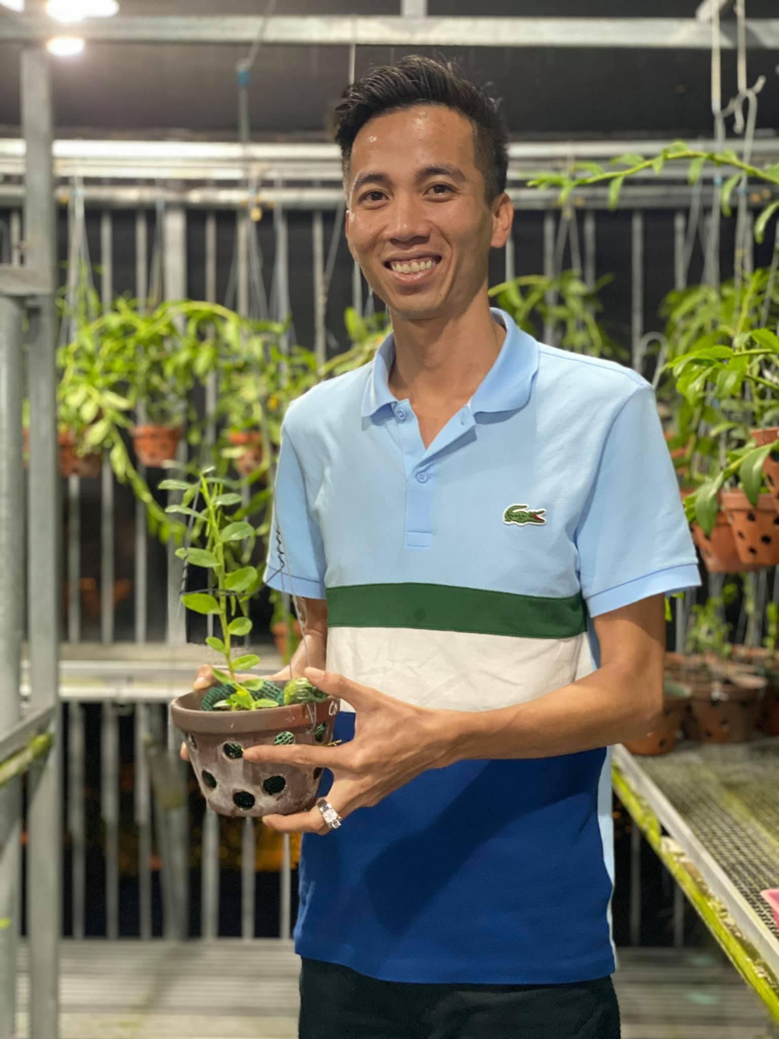 Anh Lê Bảo Trân nâng niu, chăm sóc tỉ mỉ từng cây lan.