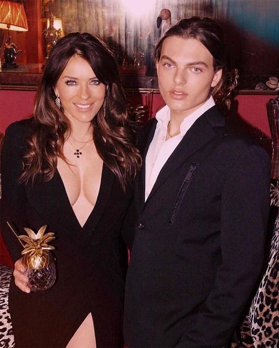 Elizabeth Hurley và con trai.