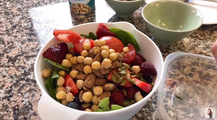 Bữa tối giàu chất xơ từ rau, quả tươi cùng protein, chất béo từ hạt của Trân Đài.