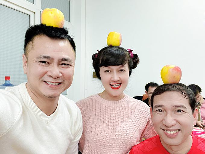 Nghệ sĩ Tự Long, Vân Dung và Quang Thắng đùa giỡn tại hậu trường tập Táo quân.