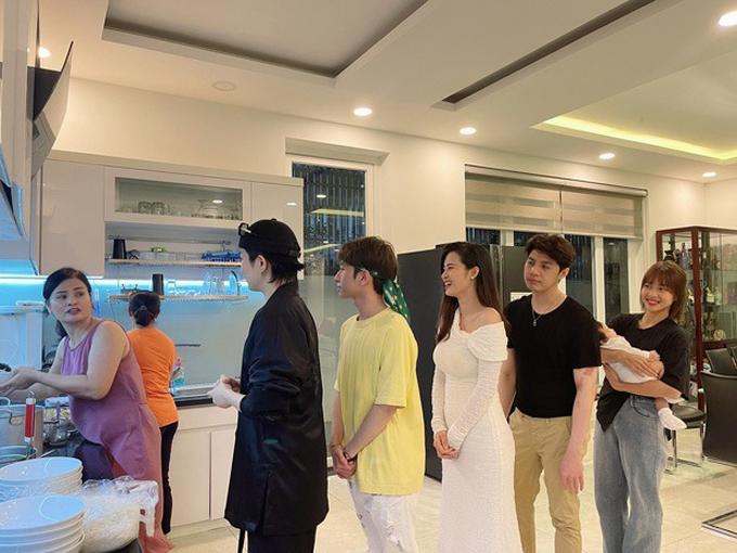 Bạn bè xếp hàng... chờ ăn trong bếp khi nhà Đông Nhi - Ông Cao Thắng mời họ tới dự sinh nhật của nam ca sĩ.