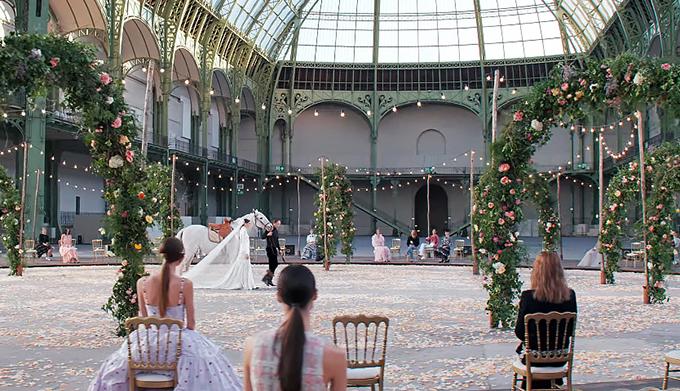 Ngày 26/1, nhà mốt danh tiếng Chanel giới thiệu bộ sưu tập cao cấp Haute Couture Xuân 2021 trong khuôn khổ Paris Fashion Week. Sân khấu mô phỏng đám cưới theo phong cách bohemian được trang trí bằng những