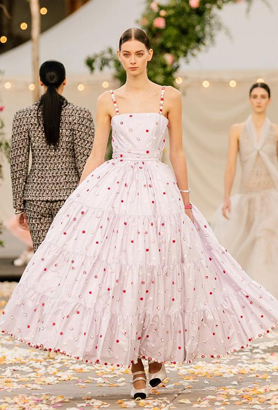 Đầm maxi phồng rộng màu pastel biến người mặc thành công chúa ngọt ngào.