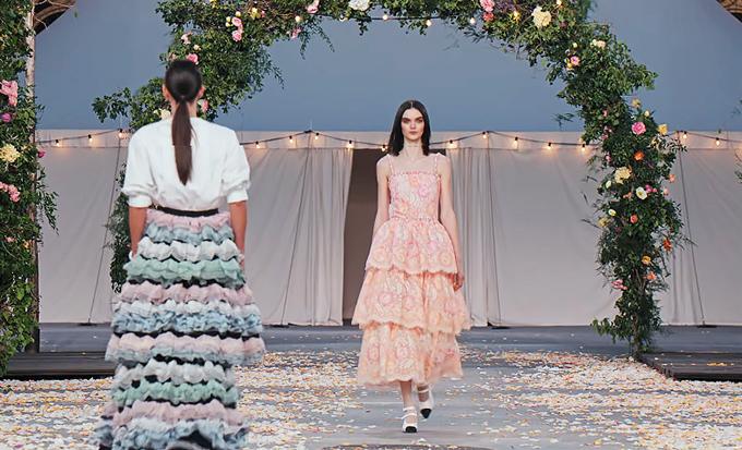 Bộ sưu tập Chanel Haute Couture Xuân 2021 chỉ bao gồm 32 thiết kế