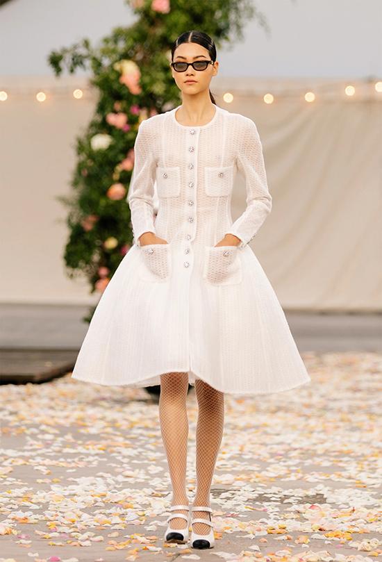 Các mẫu váy xòe với độ dài ngắn khác nhau được thực hiện trên chất liệu lưới hay vải kết họa tiết hoa 3D sinh động, mang đến nét trẻ trung cho phong cách.