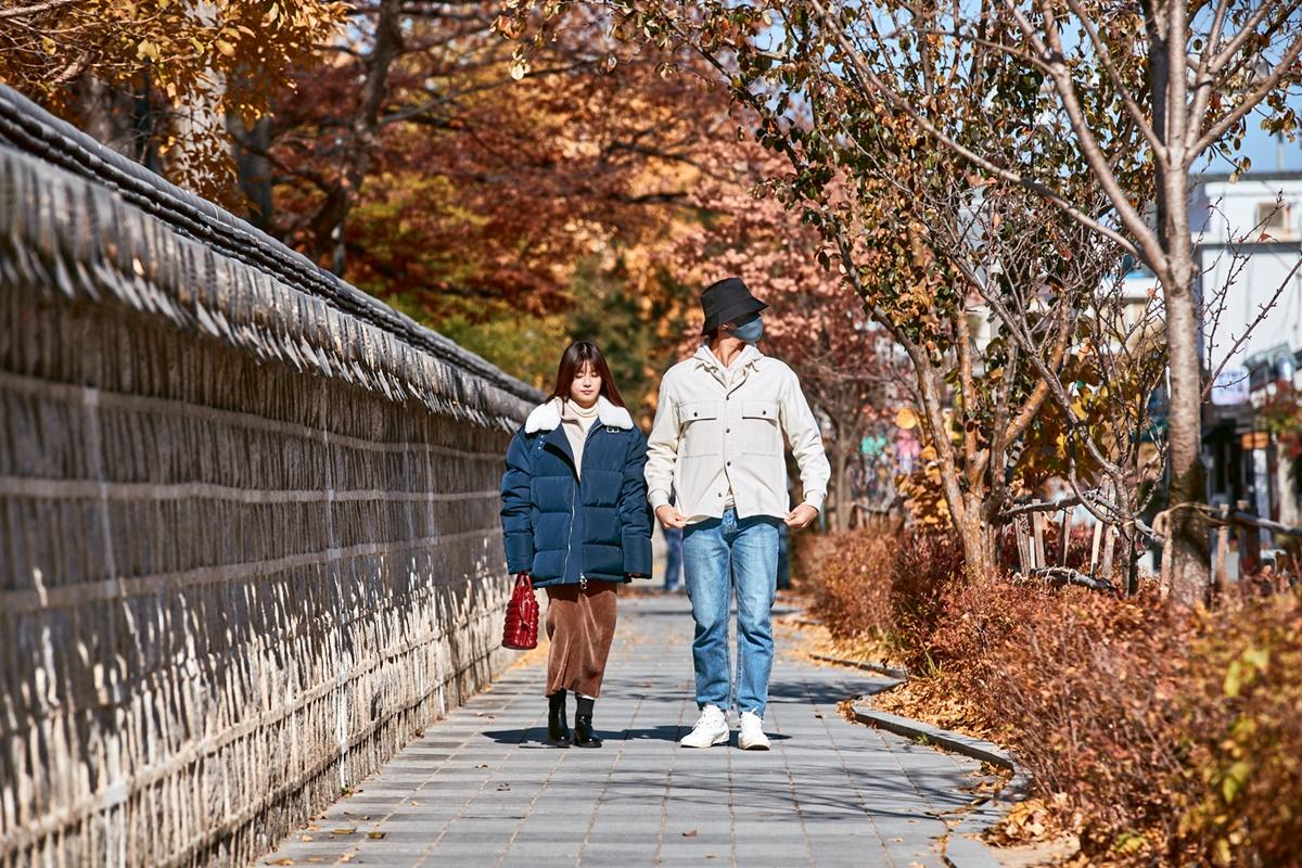 Web drama Siêu sao mờ ám mới ra mắt của Hoàng Yến Chibi hợp tác cùng diễn viên Hàn Quốc - Sung Hoon - chiếm cảm tình khán giả Việt, nhất là dân mê dịch chuyển nhờ bối cảnh quay tại những điểm du lịch nổi tiếng của xứ sở kim chi, ngay mùa thu lãng mạn. Nữ diễn viên kể, tháng 11 năm ngoái, cô lên đường sang nước bạn theo kế hoạch nhưng vì Covid-19 nên phải cách ly 14 ngày. Sau đó, cả đoàn di chuyển xuống làng Jeonju nằm ở phía Nam, cách thủ đô khoảng 2,5 tiếng đồng hồ đi tàu nhanh (KTX). Đây là một trong những điểm du lịch mà người yêu văn hóa Hàn Quốc nên ghé thăm một lần.