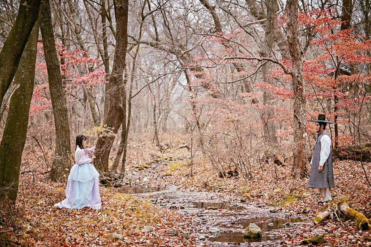 Còn ở Gangwon-do, cách thủ đô Seoul khoảng khoảng 110 km, bộ phim ghi hình tại khu rừng gắn với truyền thuyết về một vị thần trú ngụ trong cây thần, nơi dân làng đến cúng bái hàng năm để cầu may.