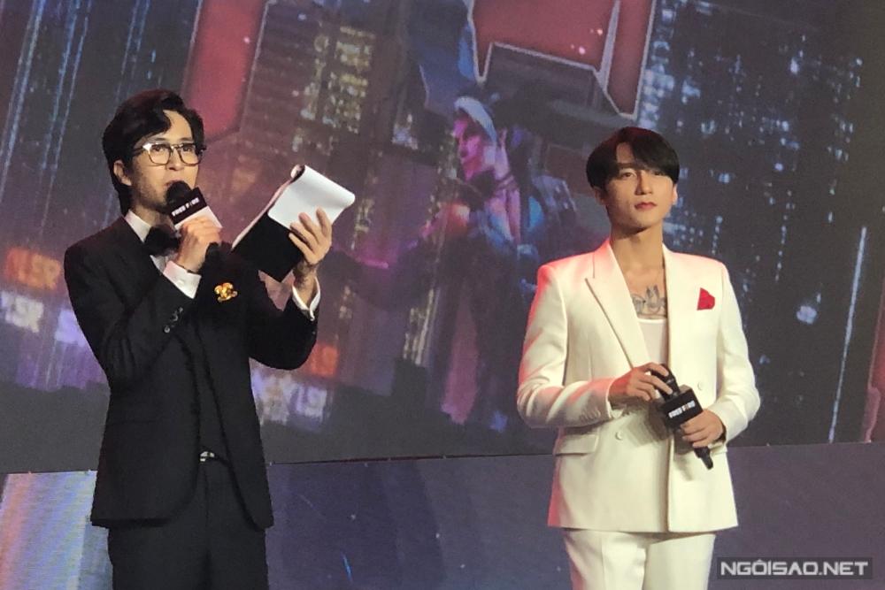 Sơn Tùng (phải) xuất hiện trong sự kiện tối 27/1.