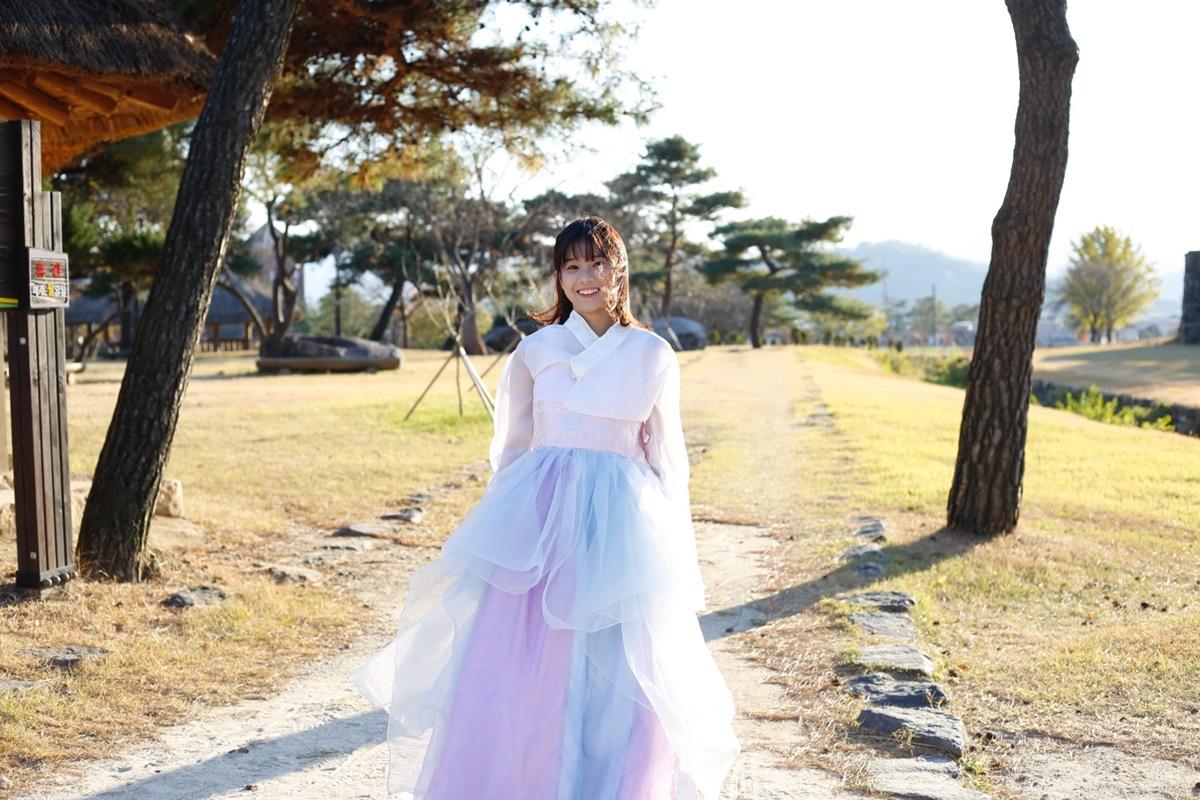 [Caption]Siêu sao mờ ám cũng có cảnh quay đẹp mặt ở làng cói Jeollabuk-do. Nằm ở Tây Nam Hàn Quốc, Jeollabuk-do là một địa điểm du lịch thu hút du khách đến thăm thú. Ở đây, du khách sẽ được ghé thăm những ngôi làng hanok với hàng trăm ngôi nhà được thiết kế theo lối kiến trúc cổ truyền thống của Hàn Quốc với đủ thứ nghề từ thủ công mỹ nghệ, bán quần áo đến thưởng trà.
