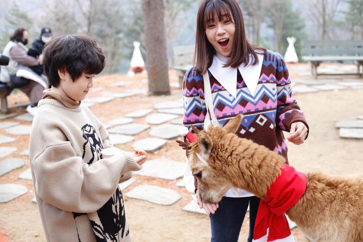 [Caption]Đặc biệt, ở Gangwon-do, bộ phim ghi hình tại khu rừng với truyền thuyết thần bí về một vị thần trú ngụ tại cây thần, nơi người dân làng đến cúng bái.
