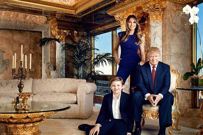 Ông Trump cùng vợ, bà Melania và con trai Barron Trump chụp ảnh bên trong căn penthouse cao cấp của ông ở Trump Tower, New York 5 năm trước. Ảnh: Trump Organization.