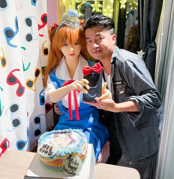 Búp bê tình dục Mochi được Xie tặng iPhone 12. Ảnh: Viral Press.