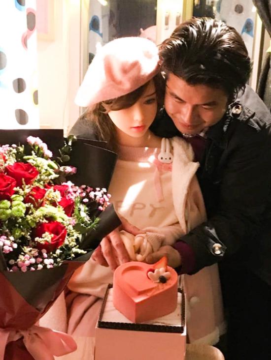 Xie Tianrong và hôn thê búp bê tình dục Mochi trong lễ đính hôn hồi đầu tháng 1. Ảnh: Viral Press.