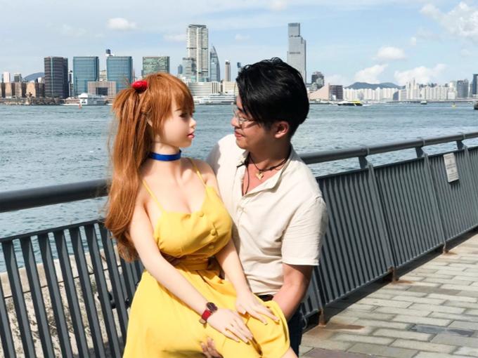 Anh Xie đưa bạn gái Mochi đi chơi ở Hong Kong. Ảnh: Viral Press.