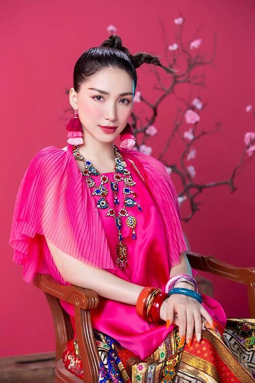Hòa Minzy diện trang phục rực rỡ trong MV về Tết.