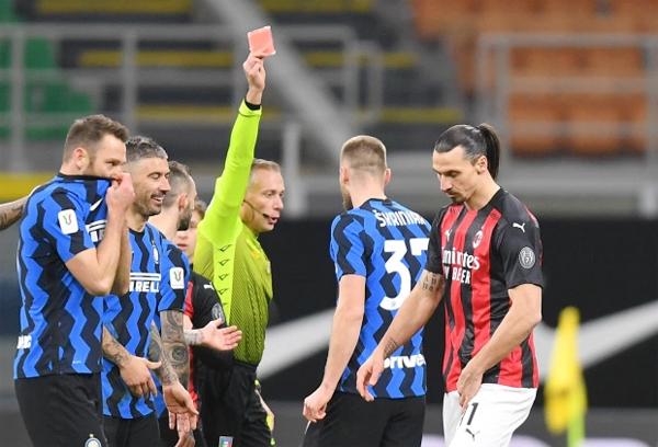 Ibrahimovic nhận thẻ đỏ ở hiệp hai, bị truất quyền thi đấu và chứng kiến các đồng đội bị Inter đánh bại. Ảnh: Reuters.