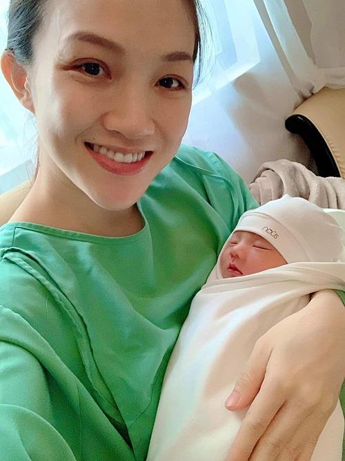 Thái Ngọc Bích - vợ ca sĩ Phan Đình Tùng - tươi tắn bên con trai mới sinh.