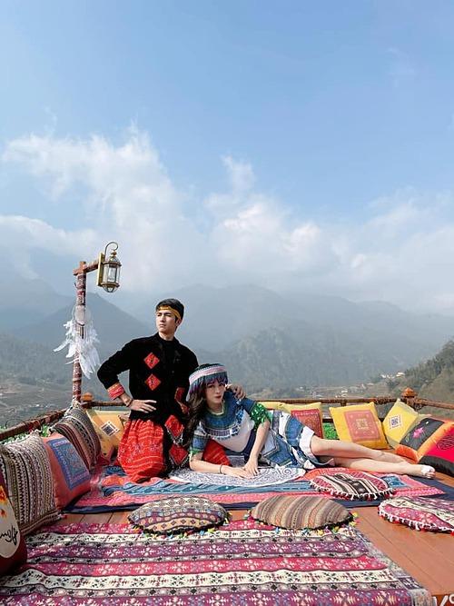 Phương Nga - Bình An diện trang phục dân tộc khi đến Sapa.