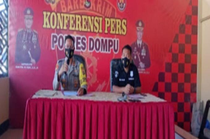 Cảnh sát Dompu, Indonesia họp báo về vụ cảnh sát viên sex trong phòng cách ly Covid-19 hôm 25/1. Ảnh: Kompas.