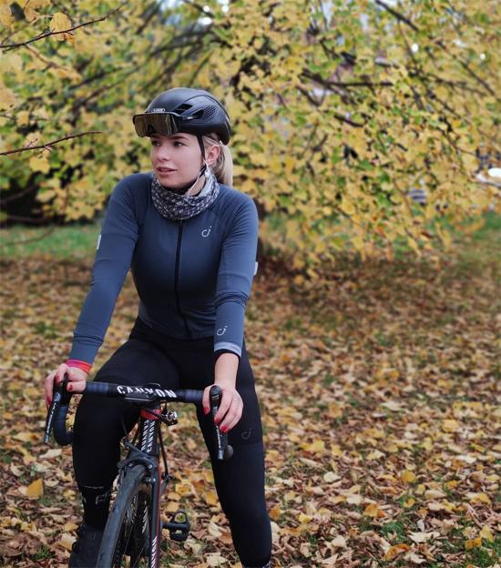 Tara Gins đã chia tay môn đua xe đạp hai năm nhưng vẫn hàng ngày đạp xe rèn luyện sức khỏe. Ảnh: Instagram.