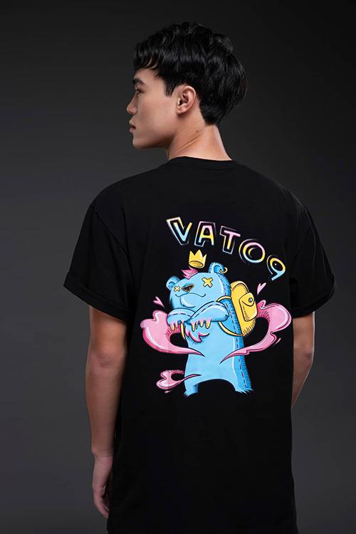 Văn Toàn tự làm mẫu cho thương hiệu thời trang riêng. Ảnh: NVT.