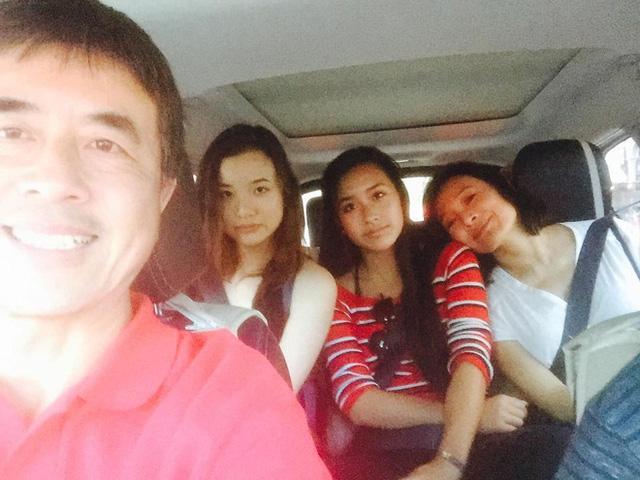 Diễn viên Trần Xung bên chồng và hai cô con gái ruột.
