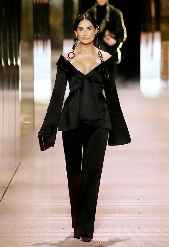 Giới thiệu bộ sưu tập đầu tiên dành cho Fendi, tân giám đốc sáng tạo Kim Jones mời ngôi sao điện ảnh Demi Moore đảm nhận vai trò mở màn.