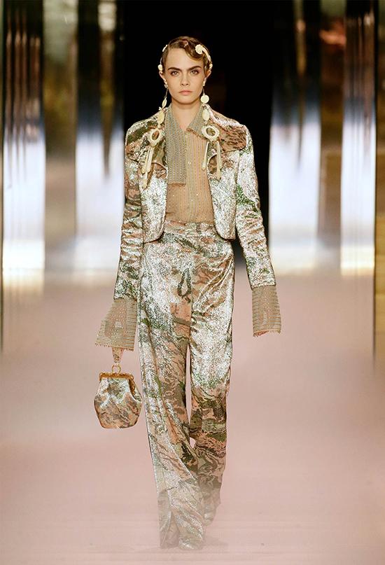 Cara Delevingne tái xuất sàn runway cùng bộ suit hơi hướng menswear.