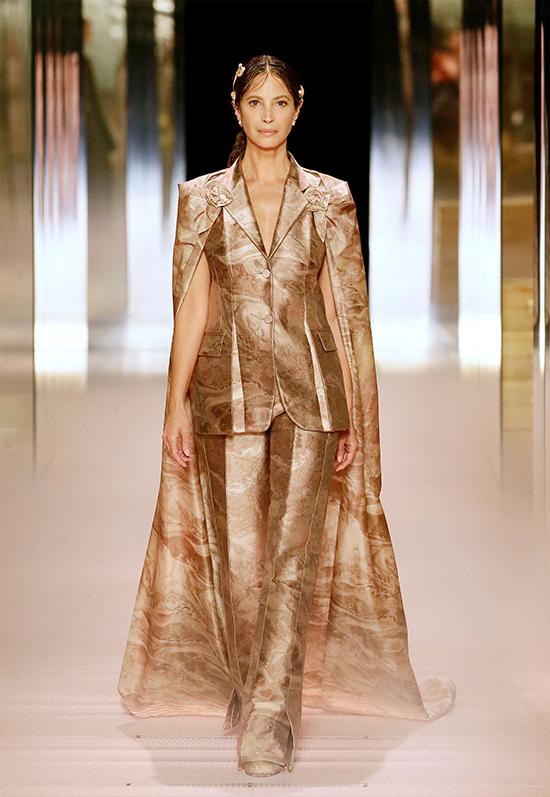 Để tạo nên bộ sưu tập Fendi Haute Couture Xuân 2021, Kim Jones cho biết anh quan sát trang phục mà phụ nữ xung quanh mình đang mặc. Tôi có những người bạn chỉ mua đồ cao cấp và họ không chi tiền cho váy dạ hội cồng kềnh. Họ chọn những thứ vừa vặn với cơ thể. Bởi vậy, anh cho ra đời 19 thiết kế mang phom dáng gần gũi, tính ứng dụng cao.
