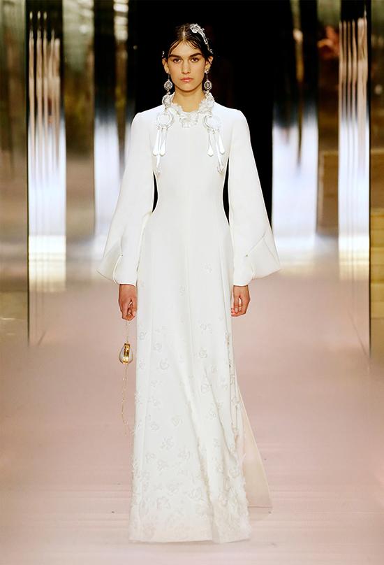 Tháng 9/2020, một năm rưỡi sau khi huyền thoại Karl Lagerfeld qua đời, Kim Jones tiếp quản vị trí giám đốc sáng tạo mảng thời trang nữ của Fendi. Đây cũng là lần đầu tiên anh phụ trách thời trang nữ.