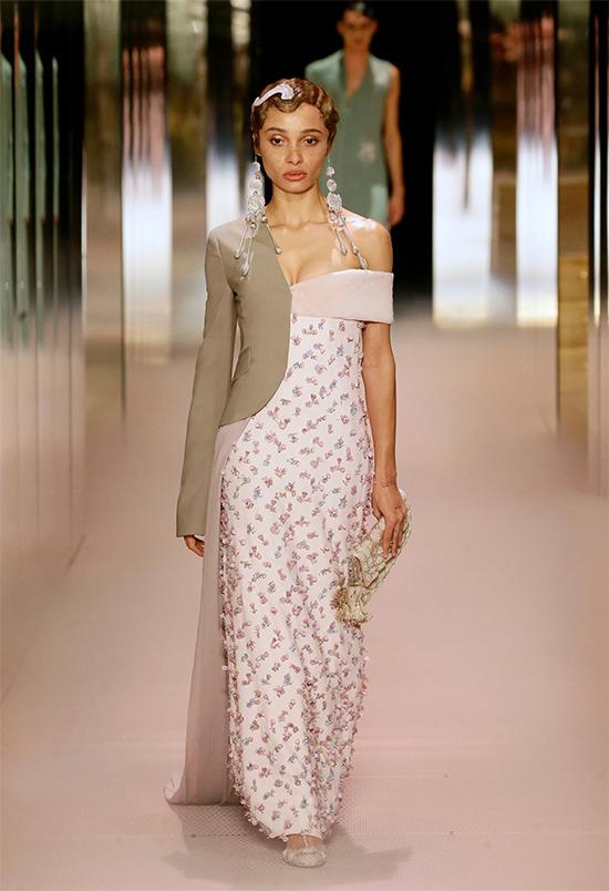 Kim Jones sinh năm 1973 ở London. Anh từng giữ ghế giám đốc sáng tạo dòng thời trang nam của Louis Vuitton trong bảy năm, giúp thương hiệu tăng doanh thu đáng kinh ngạc. Từ tháng 3/2018 tới nay, anh đảm nhận vị trí giám đốc sáng tạo mảng thời trang nam tại Dior.