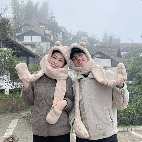 Cặp đôi Phương Nga - Bình An đội mũ đôi chống cái lạnh của Sapa.