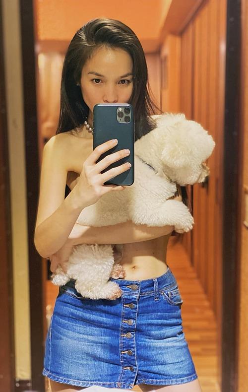 Hôm 26/1, Hiền Thục khiến fan lo lắng khi đăng tải bức ảnh bán nude ôm chó cưng tại nhà riêng. Nữ ca sĩ được nhận xét gầy gò, thiếu sức sống.