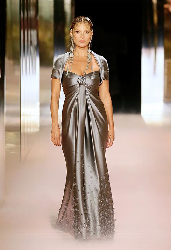 Siêu mẫu 47 tuổi Kate Moss sải bước duyên dáng trong bộ đầm satin
