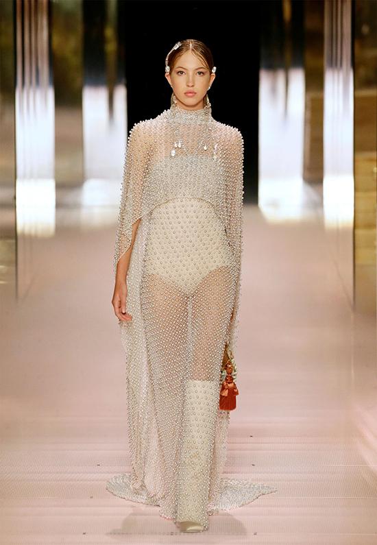 con gái Lila, 18 tuổi trông thật đáng kinh ngạc trong chiếc váy đính cườm hai lớp màu bạc.