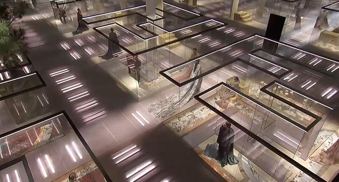 Nhằm đảm bảo giãn cách xã hội, mỗi người mẫu sau khi hoàn thành phần trình diễn của mình sẽ bước vào một gian phòng trong suốt. Đây là những khối hộp bằng kính acrylic hình các chữ cái khổng lồ, tạo nên từ Fendi.