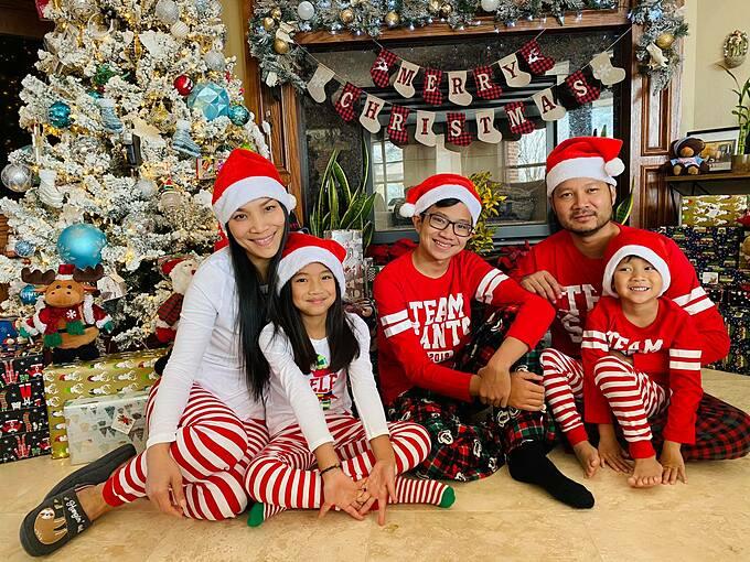 Vợ chồng Hồng Ngọc - Thomas Tam cùng ba con.