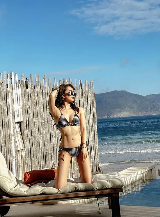 Cô ở resort hướng ra bãi biển với bể bơi riêng tư. Nhân chuyến đi này, cô tranh thủ thực hiện một bộ ảnh với bikini để lưu giữ thanh xuân.