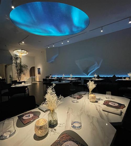 Nhà hàng giống như một triển lãm nghệ thuật từ cách bài trí, set up ánh sáng, thiết kế khôn gian, mang tới trải nghiệm độc đáo cho thực khách. Thực đơn gồm 20 món những mỗi món đều có khẩu phần nhỏ để người ăn có thể thưởng thức trọn vẹn nhiều hương vị mà không ngán.