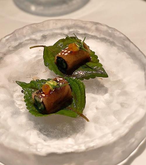 Món ăn khác là bụng cá ngừ (otoro) cuộn rong biển. Bụng cá ngừ được coi là thượng phẩm chỉ dùng để đãi những vị khách đặc biệt trong ẩm thực Nhật Bản, mang mùi vị tinh tế, màu sắc hồng nhạt bắt mắt xen kẽ trong những thớ mỡ trắng phau, đem lại vị mát lạnh, béo ngậy.