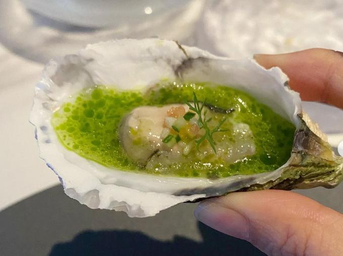 Các món ăn là tác phẩm của một đầu bếp nổi tiếng tại Hà Nội, cũng khá thành công với thương hiệu mang tên mình. Căn bếp được thiết kể mở để thực khách tận mắt theo dõi các công đoạn chế biến cầu kỳ, tỉ mỉ. Một trong những món ăn trong bữa tiệc sinh nhật được Diễm My chia sẻ là hàu sống với nước sốt lạ miệng.