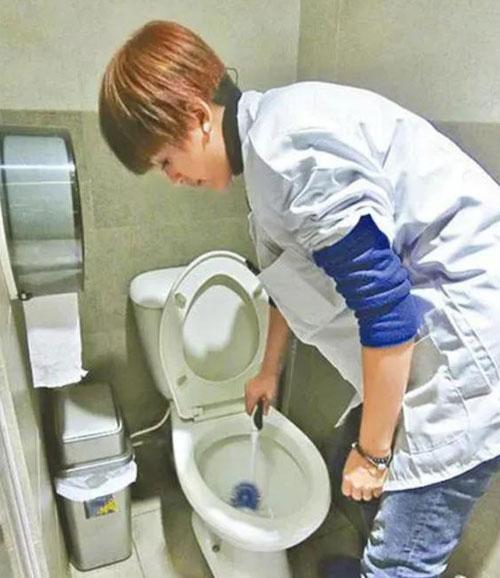 Đường Ninh là nhân viên dọn dẹp vệ sinh.