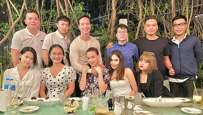 Hồ Ngọc Hà để mặt mộc, mặc giản dị khi dự tiệc tất niên cùng ông xã Kim Lý và cả team.