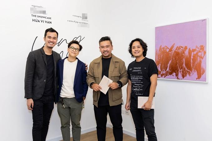 Đạo diễn Lê Thiện Viễn và đạo diễn Lý Minh Thắng (từ trái qua) đến chúc mừng nghệ sĩ đa tài Hứa Vĩ Văn.
