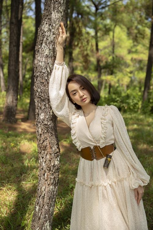 Kaity Nguyễn tại bối cảnh quay trên đồi ở Huế.