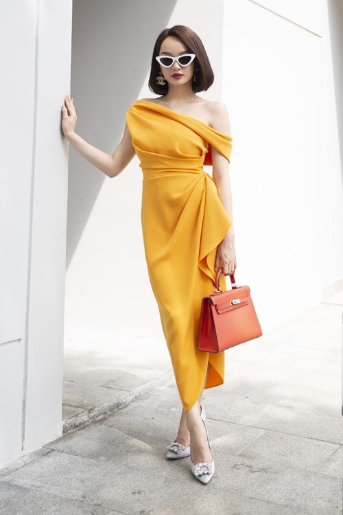 Các set đồ của Kaity Nguyễn luôn được chọn gam màu nóng của tuổi trẻ, nhiệt huyết và tham vọng.