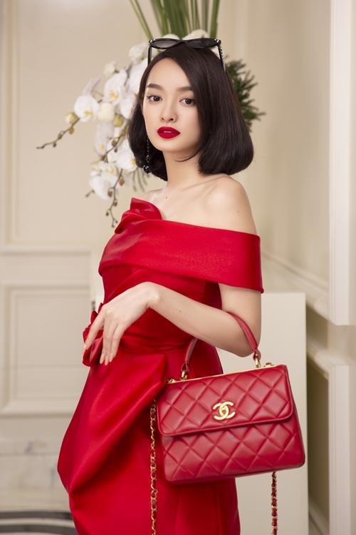 Nhiều túi xách, mắt kính và phụ kiện hàng hiệu được dành riêng cho Kaity Nguyễn. Sắc đỏ được dùng làm gam màu đại diện cho cô cả về thời trang và bối cảnh căn phòng tại Huế, cho thấy tính cách đầy tham vọng của cô gái trẻ.